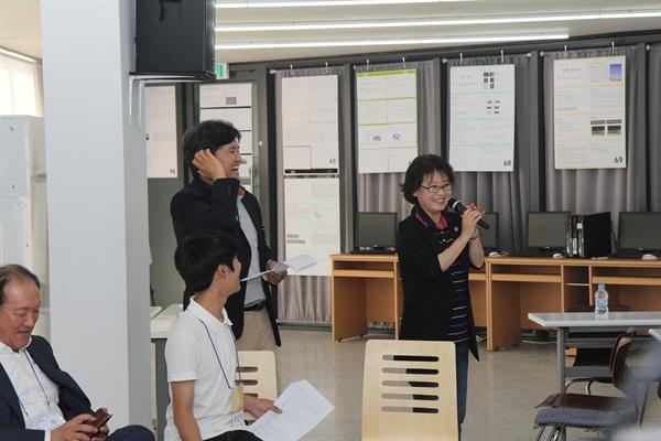 사회자의 느닷없는 답변 요청에 김미리 경기도의원이 흔쾌히 답변하는 모습.