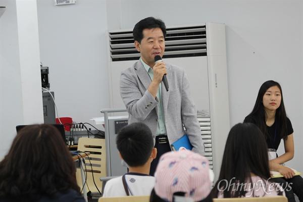 김경관 경기도 교육청 꿈의학교 장학관이 사회자의 느닷없는 답변 요청에, 답변을 하고 있는 모습.