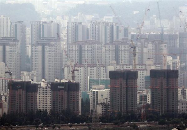 문재인 정부의 첫 부동산대책이 발표된 19일 오전 서울 서초구 일대 재건축 아파트 단지.