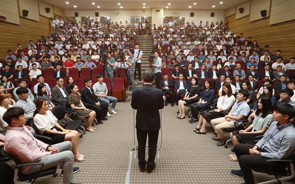 지난 19일 오후 정부세종청사 문화체육관광부에서 열린 취임식에서 도종환 장관이 취임사를 하고 있다.