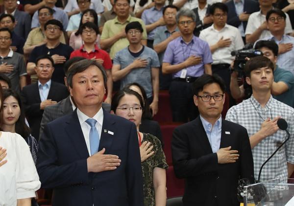 지난 19일 오후 정부세종청사 문화체육관광부에서 열린 취임식에서 도종환 장관이 국기에 대한 경례를 하고 있다.