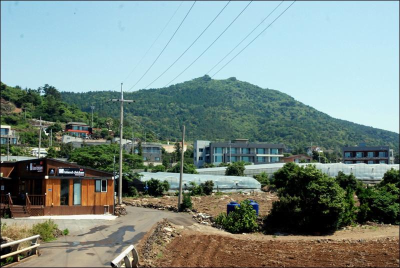 최근 이주민들이 마을 주변에 건축한 주택들이다. 갑작스런 인구 유입으로 주민들은 불편하다.