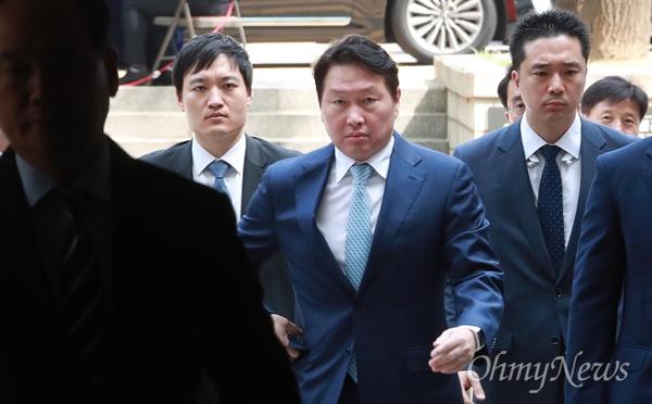 박근혜 재판에 증인으로 출석하는 최태원 최태원 SK 회장이 22일 오전 서울 서초구 서울중앙지방법에서 열린 박근혜 전 대통령 재판에 증인으로 출석하고 있다.