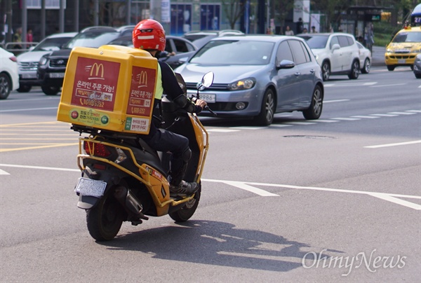 맥도날드 라이더(배달원) 박대현(가명, 32)씨가 17일 오토바이를 운전해 배달을 하고 있다.