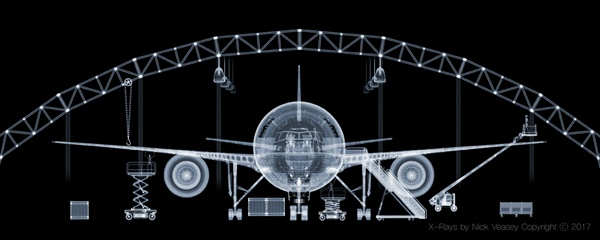 유나이티드 에어라인을 위해 펜타그램 뉴욕이 의뢰한 보잉777 엑스레이 작품이다. (2001)