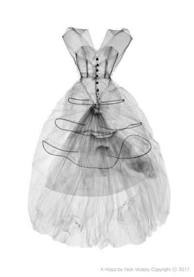 빅토리아 앤 앨버트 뮤지엄 소장의 유명디자이너 발렌시아가의 의복을 엑스레이 촬영했다. (2017)