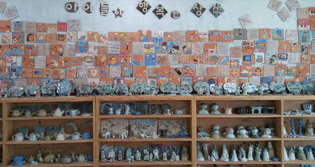 학교현관을 장식하고 있는 아이들의 도예작품들