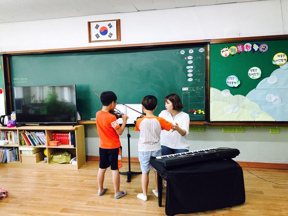 1인 1학기 수업에서 아이들이 바이올린을 배우고 있다