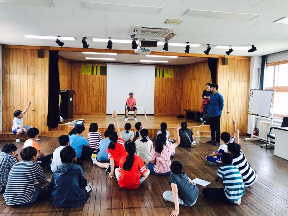 강당에서 5,6학년들이 뮤지컬 수업을 받고 있다.