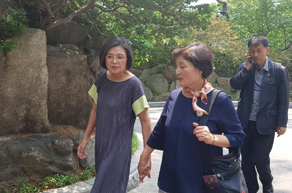 지난 20일, 삼청동 총리 공관에서 이낙연 총리 부인 김숙희씨와 고 백남기씨 부인 박경숙씨가 손을 잡고 산책하고 있다.