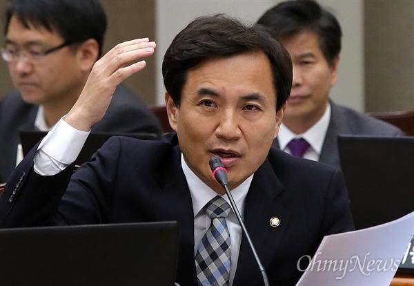 2016년 10월 13일, 김진태 당시 새누리당 의원은 국회 법사위 국정감사에서 이른바 '빨간 우의' 남성과 고 백남기씨의 사망에 대한 관련성 여부를 확인하기 위해 부검 영장을 집행해야 한다고 주장했다.