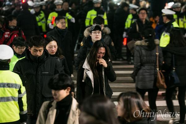 2015년 12월 19일, 서울대병원 앞에서 열린 3차 민중 총궐기 문화제에서 백민주화씨는 눈물을 흘리며 참석한 시민들에게 감사의 마음을 전했다. 그 후 병원으로 돌아가면서도 눈물을 멈추지 못하고 있는 모습.