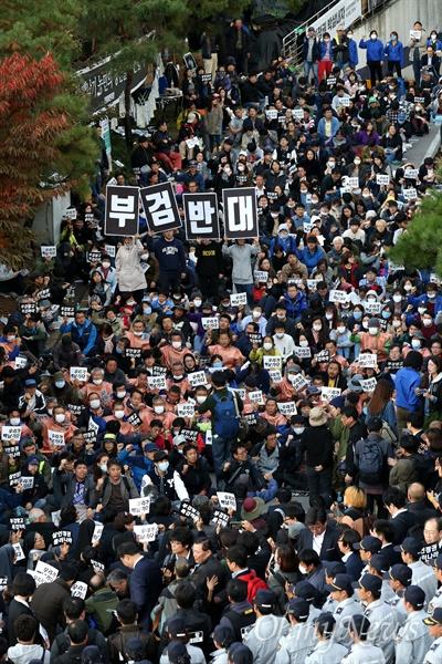 2016년 10월 25일, 고 백남기 농민 강제부검 집행을 위해 종로경찰서장이 서울대병원 장례식장에 도착하자 시민, 농민, 노동자, 학생들이 저지하고 있다.
