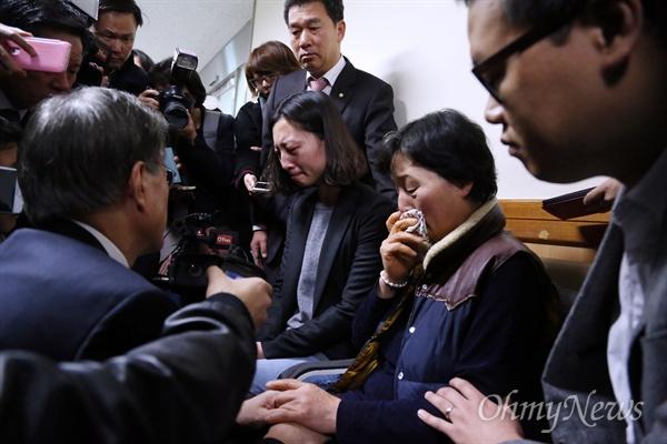 2015년 11월 20일, 새정치민주연합 문재인 대표 등 지도부가 서울 연건동 서울대병원 중환자실을 찾아 지난 14일 민중총궐기 집회 도중 경찰의 물대포를 맞고 쓰러져 중태에 빠진 농민 백남기씨의 가족들을 위로하고 있다.