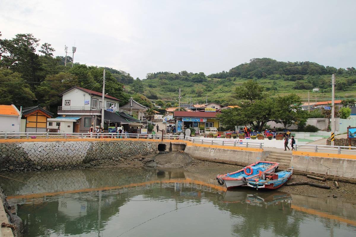 하화도 선착장에서 본 하화도 마을 전경이다.