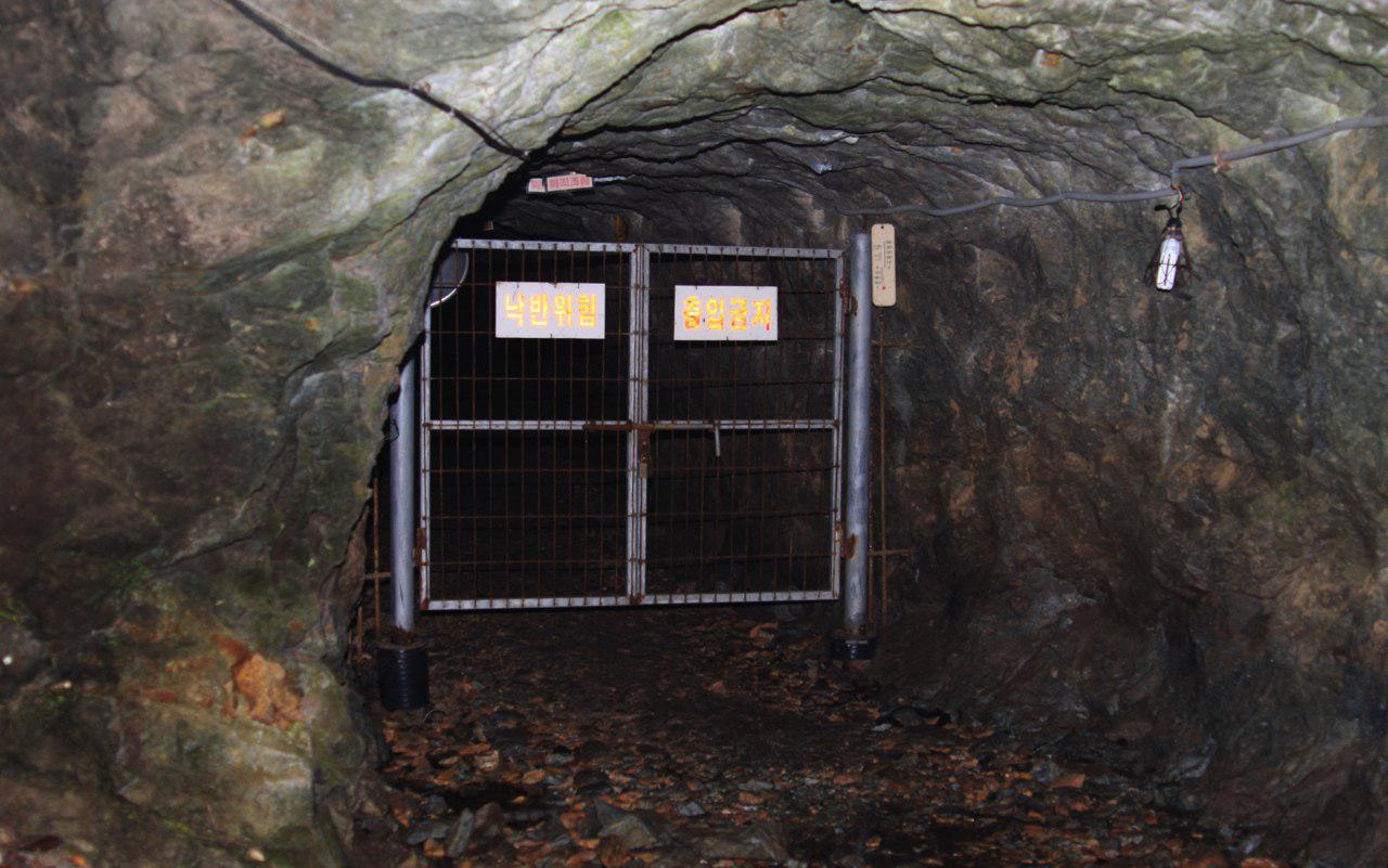 국립임실호국원 왼편 산기슭에 위치한 임실군 강진면 백련리 구운광산 입구. 이 굴에서 주민 수백 명이 매캐한 연기에 질식해 목숨을 잃었다. 희생자 중에는 갓난아이도 포함돼 있었다