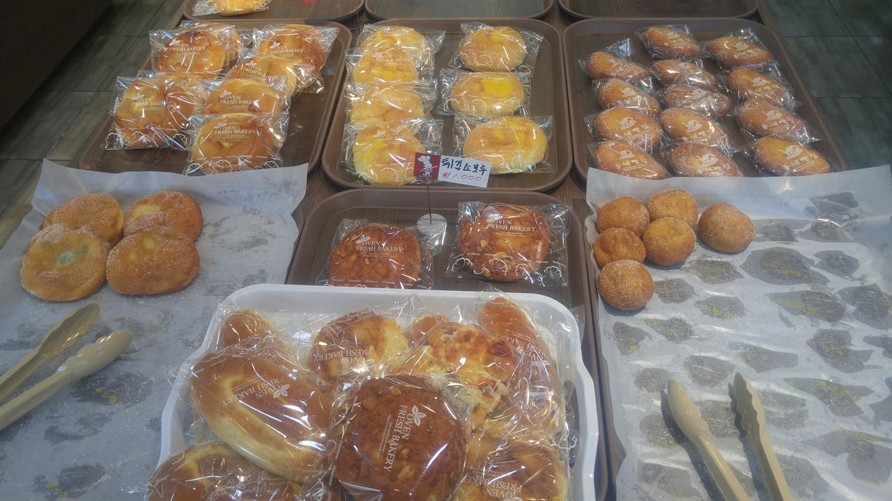 세련된 미는 없지만, 어릴적 먹던 소박함이 그대로 뭍어난 갖가지 빵이 매대에 놓여져 있다.
