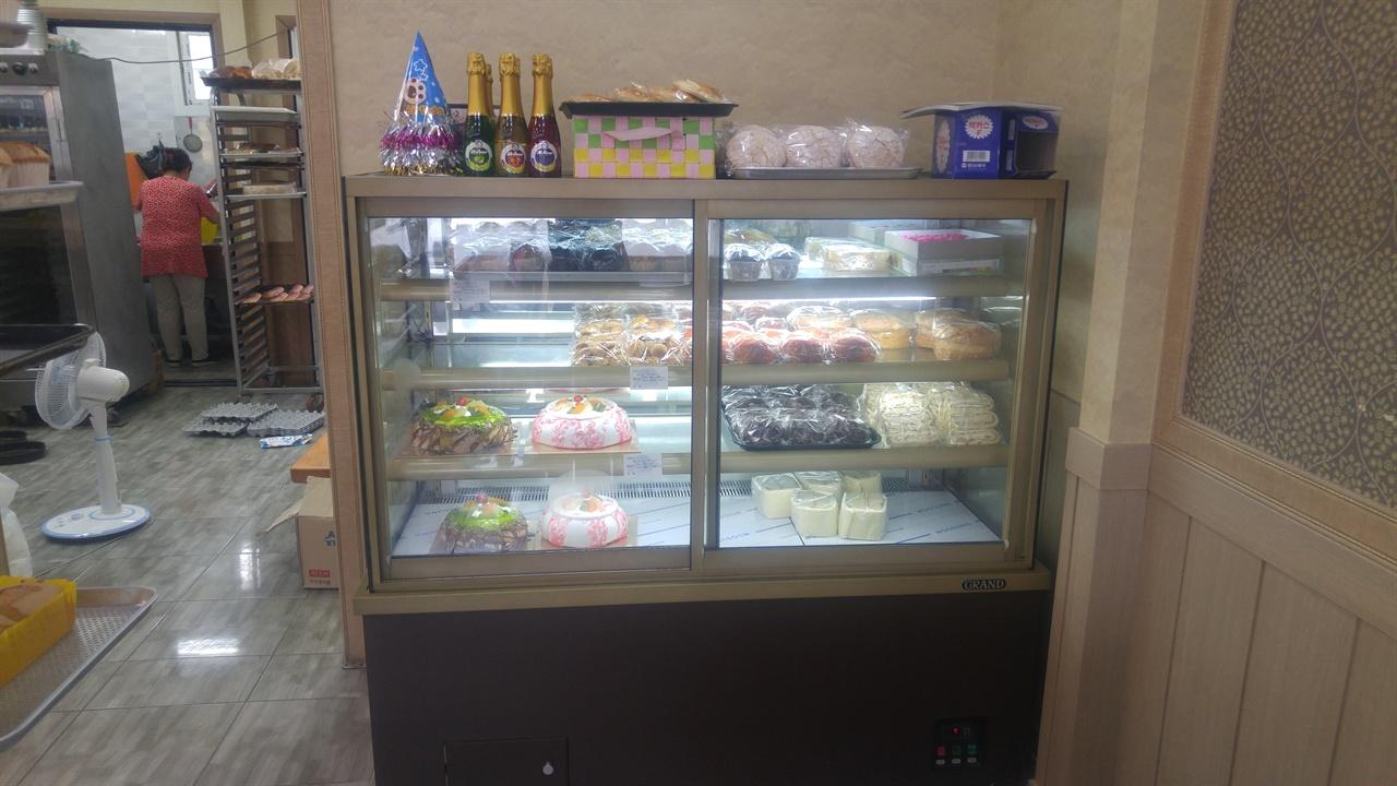 신선함을 요하는 케익류 및 샌드위치류의 빵은 냉장실에 보관되어있다.