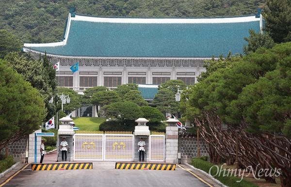 26일 오전 청와대 앞길(춘추관~분수대)에서 바라본 청와대 본관의 모습.