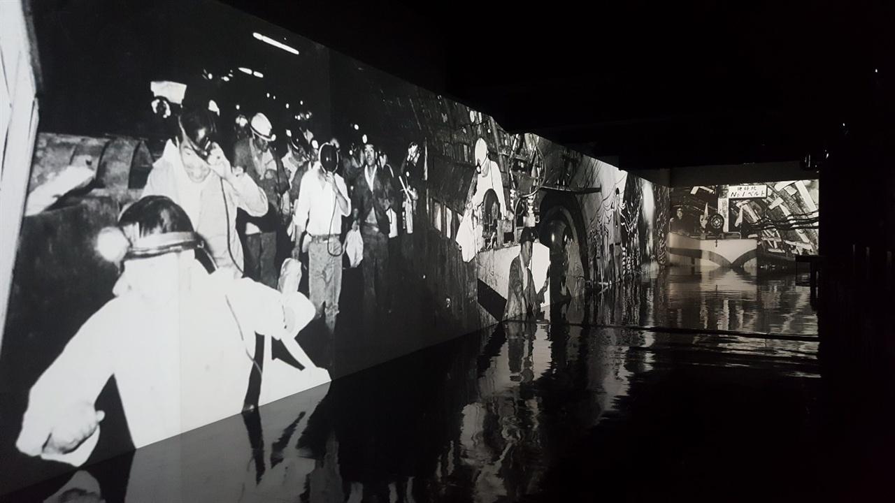 군함도박물관의 프로젝션 맵핑 일본인에게 있어 군함도란, 인간의 목숨을 걸고 생존을 개척한 삶의 결과물이었다