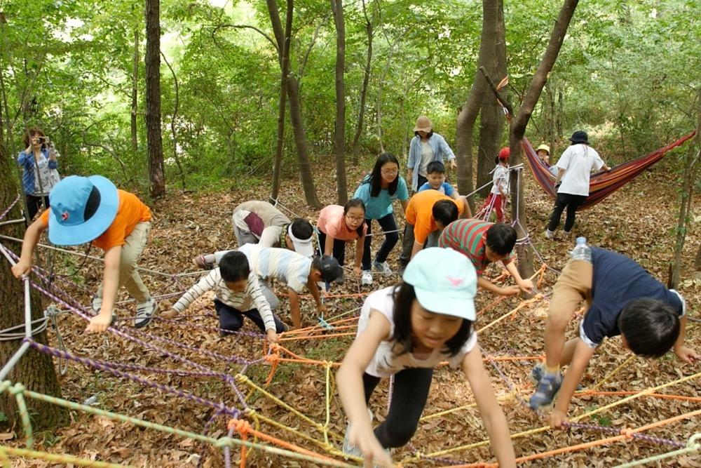 숲밧줄놀이터 밧줄로 만든 숲놀이터에서 아이들이 놀이를 하고 있다.