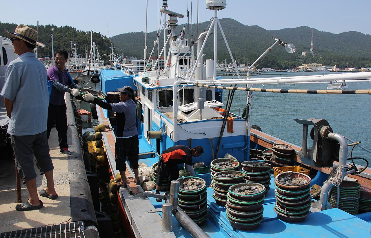 홍어잡이배에 홍어 주낙을 올리고 있는 흑산도 어부들.
