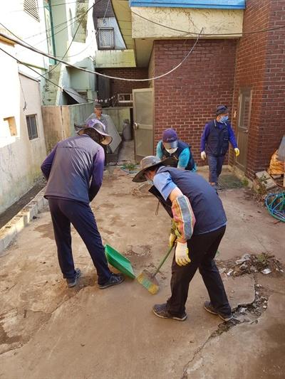 민주노총(경남)일반노동조합 마산환경공무직지회 봉사대는 혼자사는 노인의 집을 찾아 청소 봉사활동을 벌이고 있다.