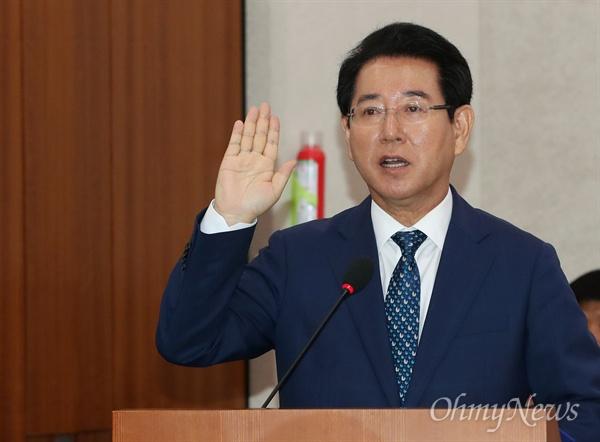선서하는 김영록 장관 후보자 김영록 농림축산식품부 장관 후보자가 28일 국회 인사청문회에 나와 증인선서를 하고 있다.
