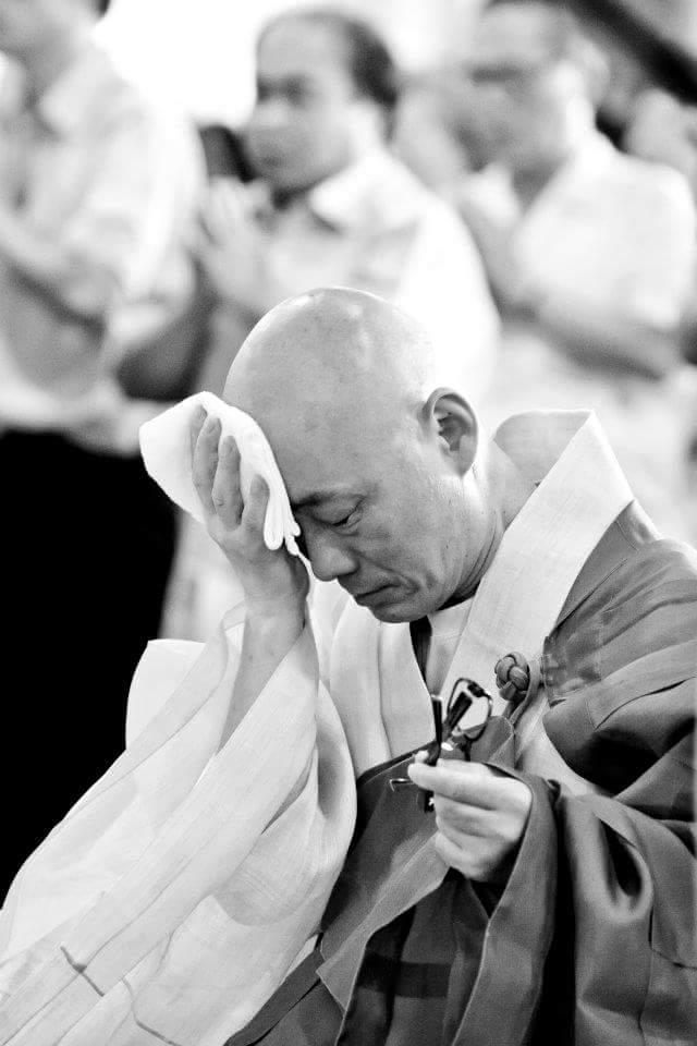 봉은사에서 천일기도 중에 잠시 쉬는 명진스님.