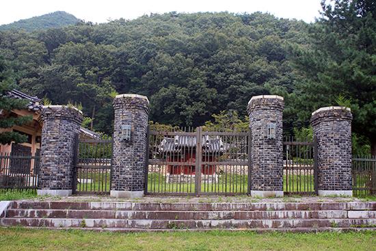 영천시 신녕면 화남리 659 일원에는 권응수를 기리는 사당, 유물관, 비석 등을 거느린 '권응수 장군 유적'이 조성되어 있다.