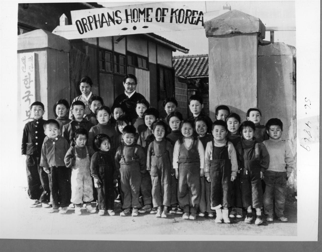 1956. 4. 3. 서울. 한국보육원 원생들이 해외로 입양되어 떠나기 직전에 기념촬영을 하고 있다.