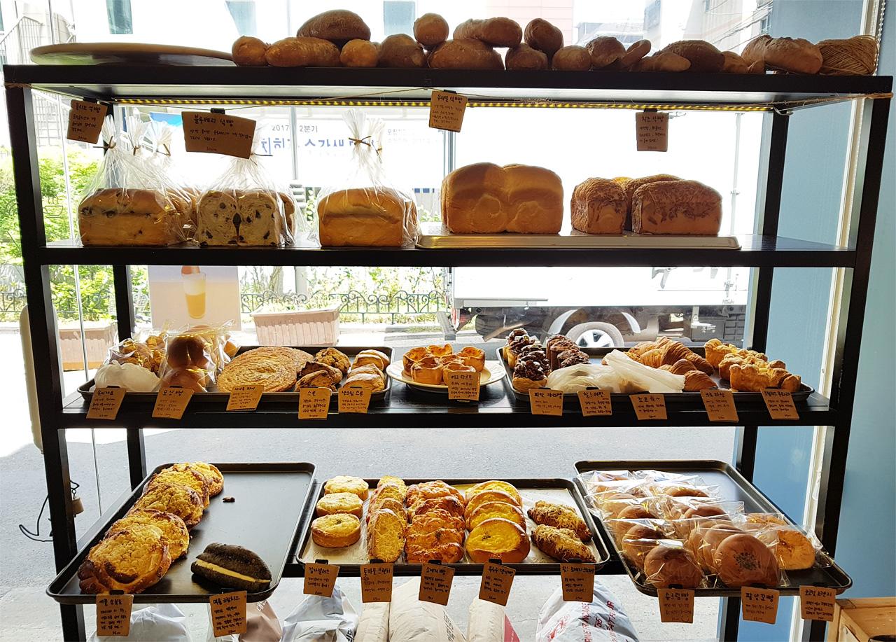 다양한 빵이 있는 곳이다.