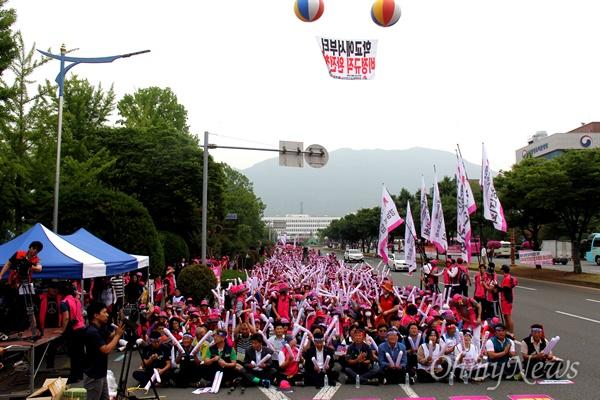전국학교비정규직노동조합 경남지부는 29일 오전 경남도교육청 앞 도로에서 총파업 집회를 열었다.