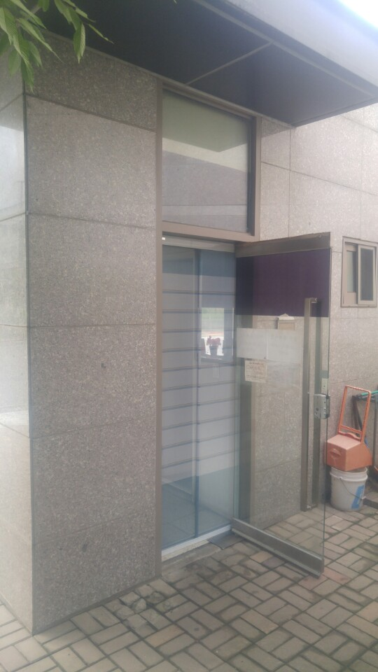 방충방이 설치되어있는 경비실 출입문