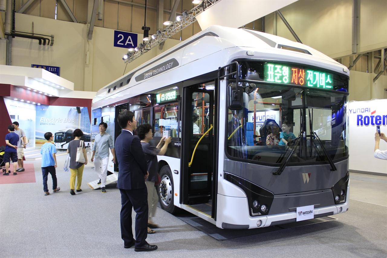 부산국제철도기술산업전 우진산전 부스에 전시된 표준형 저상 전기버스.