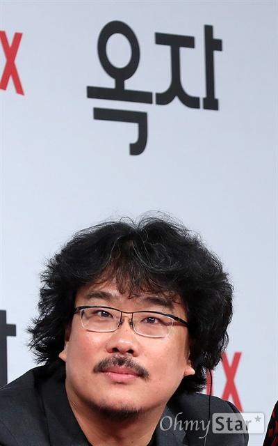 봉준호는 '옥자'봉준호 감독이 14일 오전 서울 광화문의 한 호텔에서 열린 영화 <옥자> 기자회견에서 질문을 듣고 있다.