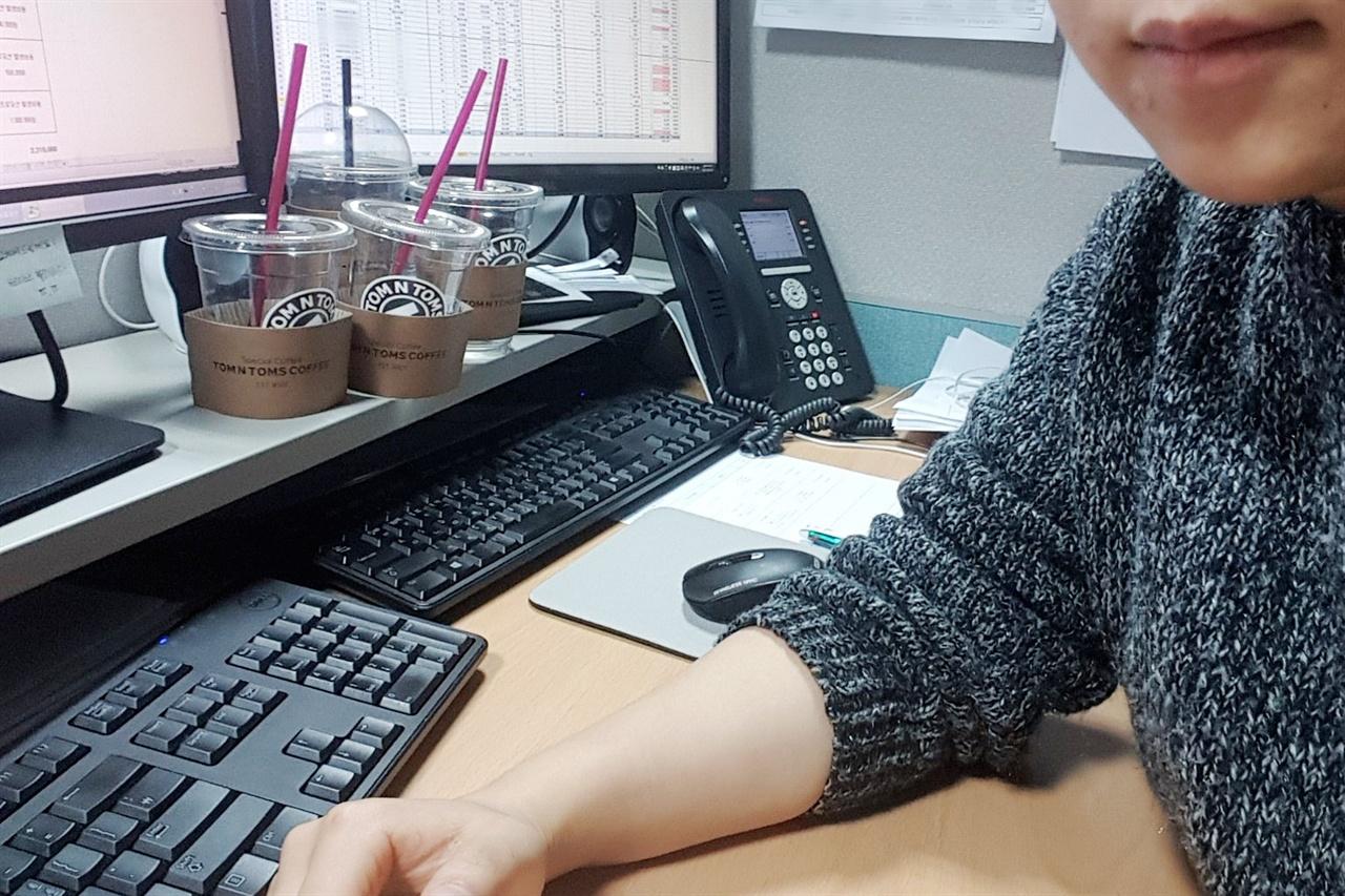 이번 인터뷰의 주인공은 8년차 회사원이자 퀘스쳐너인 민 님이다. 민 님의 사무실 책상에 테이크아웃 커피컵이 잔뜩 놓여있다.