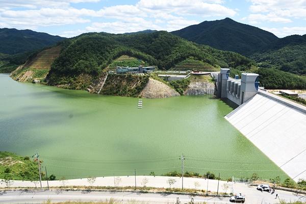2016년 여름 영주댐 시험담수 시, 녹조가 심하게 핀 모습. 낙동강과 거의 다를바가 없다. 이런 물로 낙동강 물을 개선하겠다고?