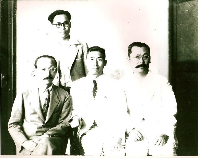 민단간부들과 사진을 찍은 박열. 가운데가 박열이다.