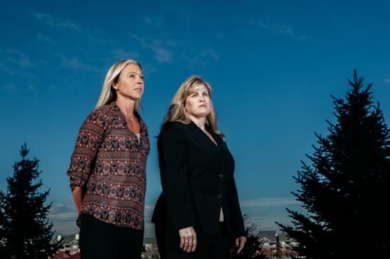 2016년 퓰리처상 해설기사부문 수상작 '믿을 수 없는 성폭행 이야기'는 연쇄 성폭행범을 추적해나가는 갤브레이스(왼쪽)와 헨더숏 형사의 활약상을 그렸다.