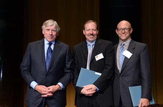 2016 퓰리처상 해설기사부문을 수상한 <마셜 프로젝트>의 켄 암스트롱(가운데)과 <프로퍼블리카>의 크리스티안 밀러(오른쪽).