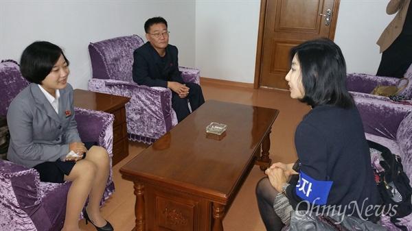 손수건으로 눈물을 닦아가며 이야기를 나누는 탈북동포 김련희씨의 딸.