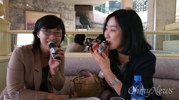 호텔 커피숍에서 김밥을 먹으면서.