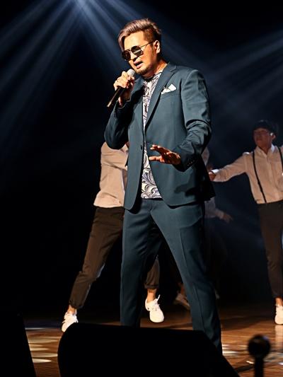 김태우 가수 김태우가 3일 오후 여섯 번째 앨범 < T-WITH >를 발표, 이를 기념해 서울 청담동 일지아트홀에서 발매 쇼케이스를 열었다. 타이틀곡은 '따라가'다.