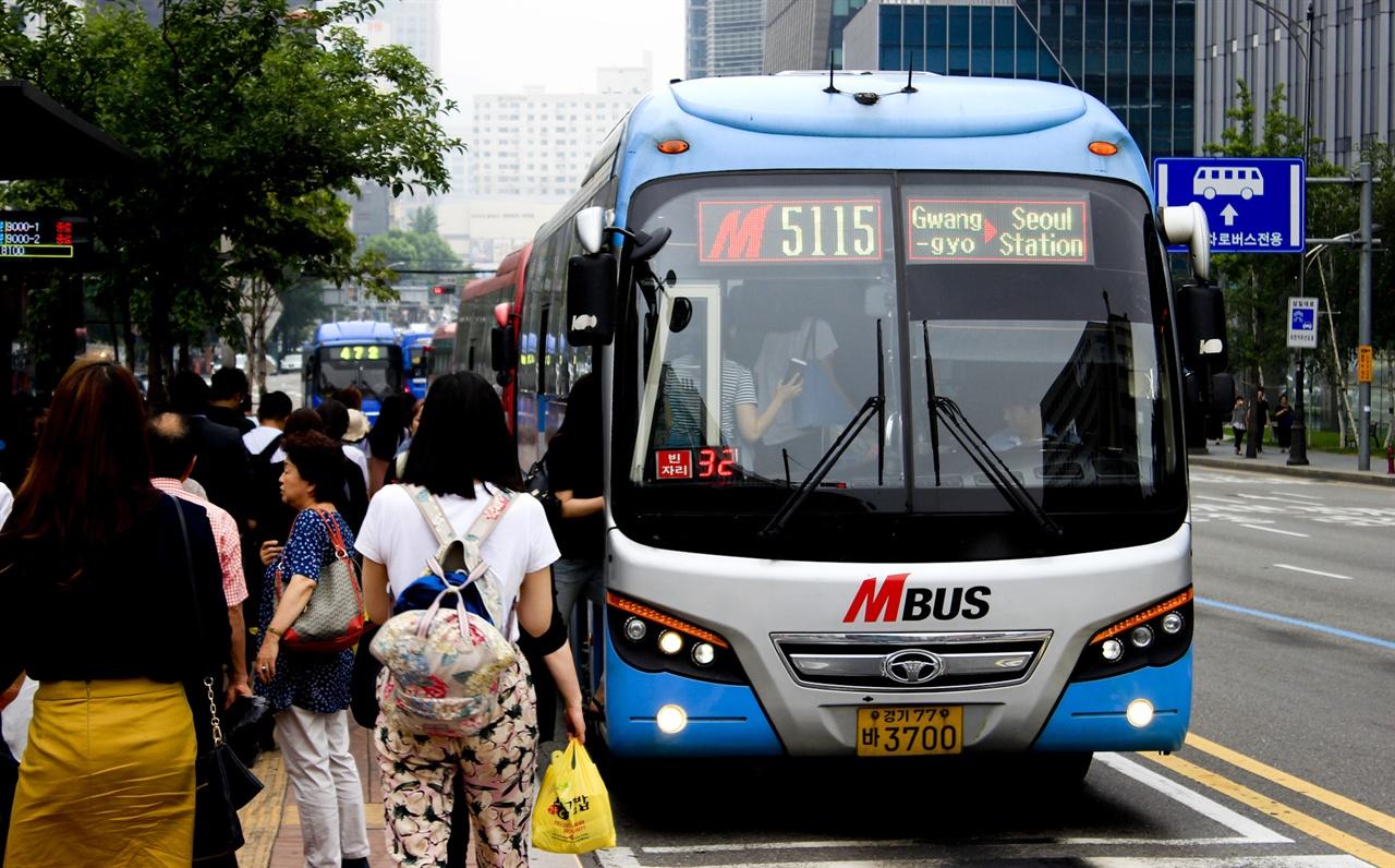 M버스는 수도권 다양한 방향에서의 노선을 운행하고 있으나, 좌석부족 문제로 인해 난조를 겪고 있다.