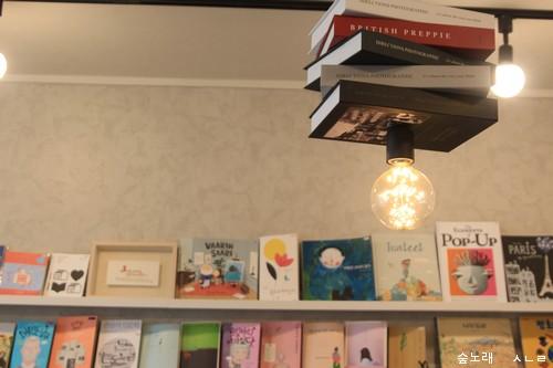 수많은 책은 마음밥이 될 수 있고, 새로운 길을 여는 등불이 될 수 있습니다. (사진 : 순천 마을책방 <책방 심다>)