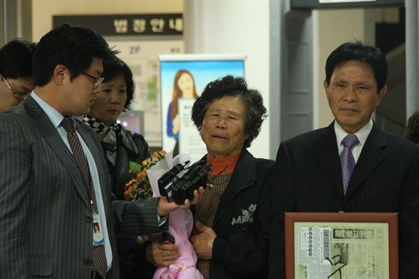 2009년 11월 13일, 진도 가족 간첩단 사건에 대한 '무죄' 판결이 나던 날. 오른쪽부터 진도 가족 간첩단 사건 피해자 박동운씨, 한등자씨.