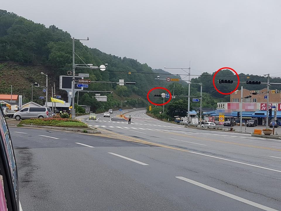 """갈산면 소재지 안면도 방향 국도 29호선 사거리에서는 밤사이 내린 폭우로 인해서 신호등이 꺼져 경찰이 수신호로 차들의 소통을 시켰다. 특히 이곳은 홍성나들목에서 나와 안면도 방향도 서산 방향으로 이동하는 차들이 많으므로 조속한 보수가 필요할 듯싶었다. 신호등수리와 차량소통을 위해 출동한 경찰은 """"밤사이에 천둥, 번개와 폭우로 인해서 그런지 신호등이 고장이 났다. 밤사이에 홍성지역 여러 곳에서 신호등 고장신고가 있어서, 지금 관련 신호등 수리업체가 나와서 수리 중이다. 곧 수리가 완료 될 것""""이라고 밝혔다."""