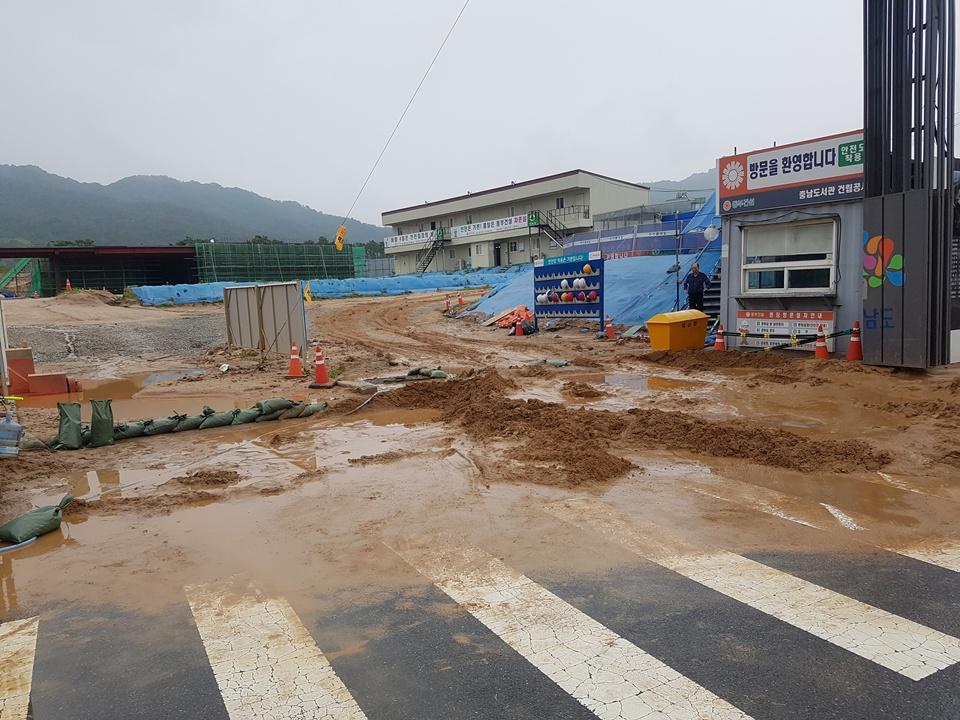 3일 내린 폭우로 인해 공사현장에도 피해가 발생했다. 충남도청이 있는 내포신도시에 건설중인 충남도서관 건설현장 진출입구에 밤사이 내린 비로 토사로 밀려와 쌓여있다.