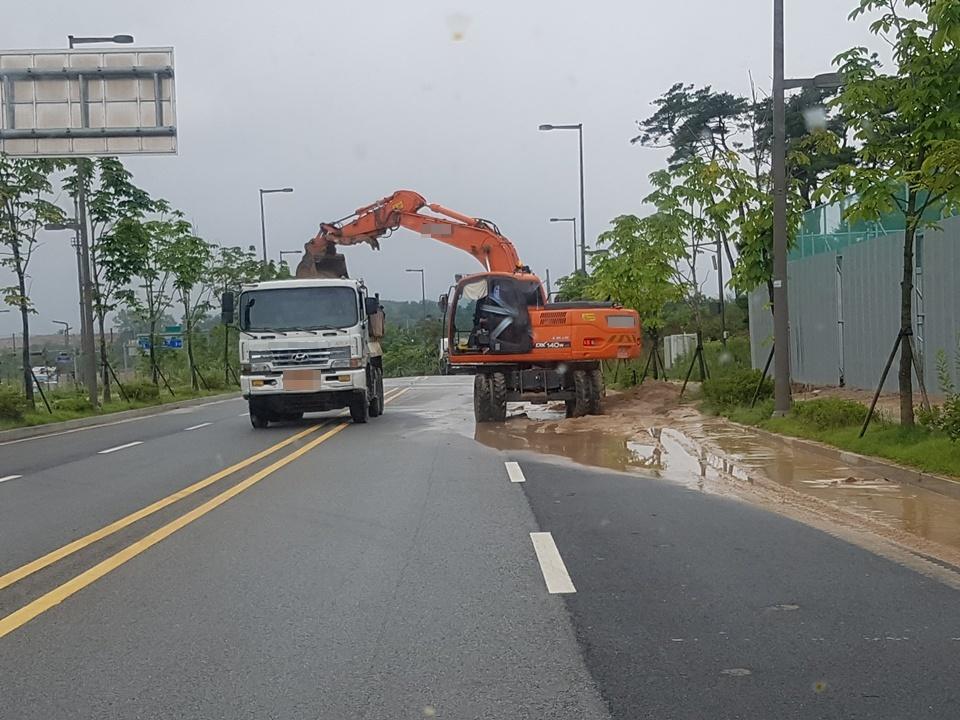 3일 내린 폭우로 인해 공사현장에도 피해가 발생했다. 충남도청이 있는 내포신도시는 현재 신도시개발이 한창 진행중으로 공사현장이 많다. 폭우로 인해 도로에 유출된 토사를 중장비를 동원해 복구하고 있다.